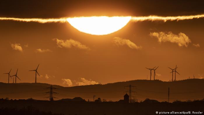 BdT Sonnenuntergang über Frankfurt (picture-alliance/dpa/B. Rossler)