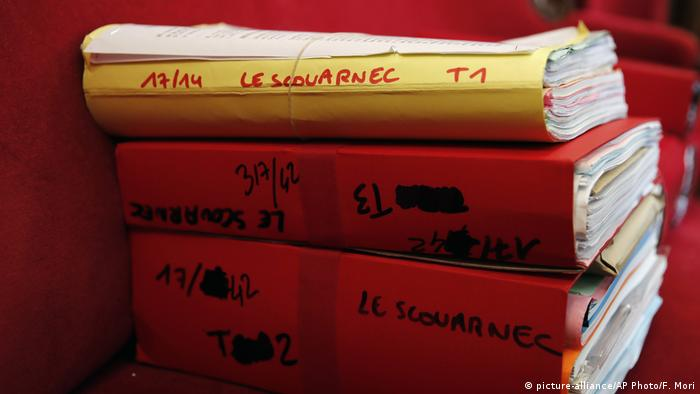 Judiciary files in the case of Le Scouarnec stand stacked (picture-alliance/AP Photo/F. Mori)
