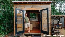 USA, Umweltaktivist Rob Greenfield in seinem Tiny House