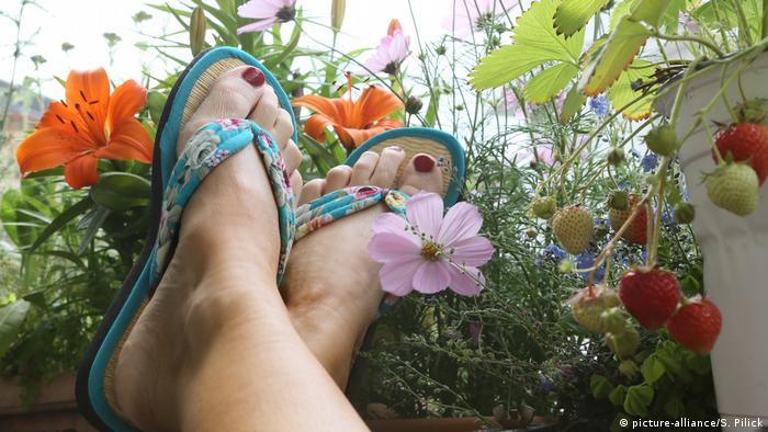 Entspannung auf dem Balkon (picture-alliance/S. Pilick)