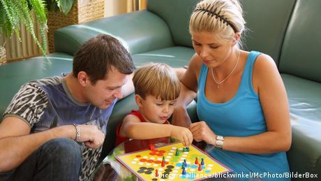 Familienspiele (picture-alliance/blickwinkel/McPhoto/BilderBox)