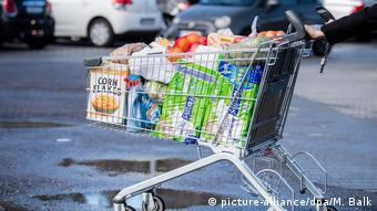 Забитая товарами тележка супермаркета