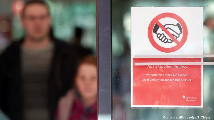 Deutschland Corona | Kein Händeschütteln in der Sparkasse