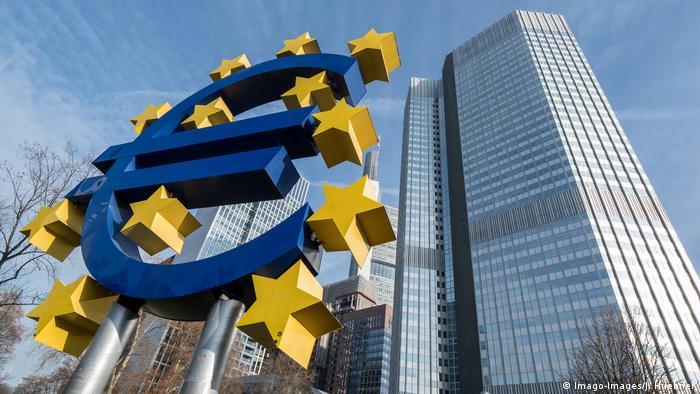 Deutschland Corona | Euro Symbol am Willy Brandt Platz Frankfurt (Imago-Images/J. Huebner)