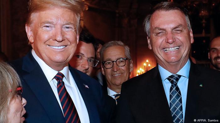 USA Donald Trump, Jair Bolsonaro und Fabio Wajngarten im Hintergrund (AFP/A. Santos)