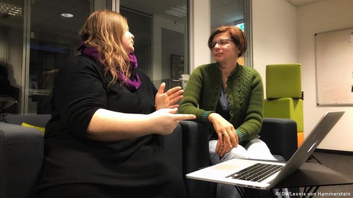 Corinna Brenner and Lela Finkbeiner discuss the coronavirus crisis in German with one another (DW/Leonie von Hammerstein)