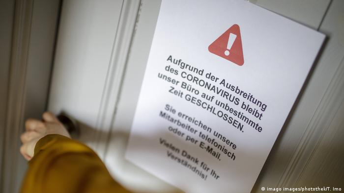 Obavijest na jednom uredu u Berlinu da njegovi zaposlenici zbog koronavirusa rade od kuće