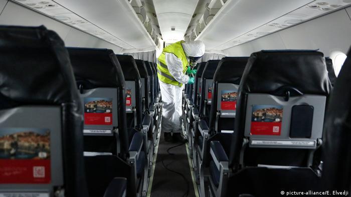 Zagreb - Desinfektion eines Flugzeugs