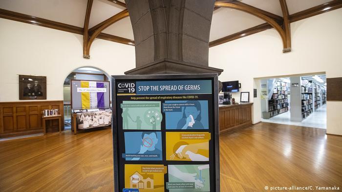 USA, Kalifornien: Warnung vor Corona in öffentlicher Bücherei (picture-alliance/C. Yamanaka)