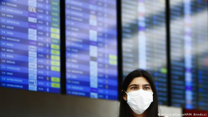 إمراة تضع قناعا واقيا للوقاية من فيروس كورونا في مطار العاصمة الارجنتينية يوينس أيرس