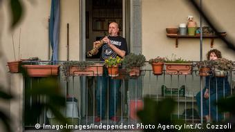 To παράδειγμα των Ιταλών που βγήκαν στα μπαλκόνια μετά μουσικής ακολουθούν και οι Γερμανοί