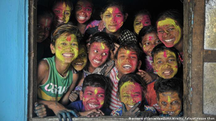 Uprkos pandemiji korona-virusa, ova vesela lica razigrano slave hinduistički festival Holi. Ovim festivalom slavi se pobjeda dobra nad zlom i početak proljeća u Nepalu, Indiji i Bangladešu.