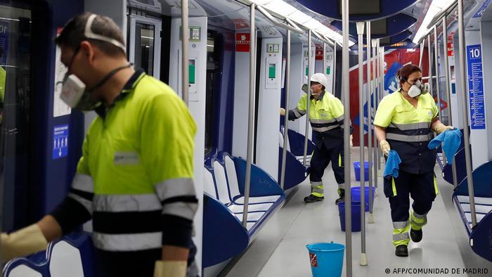 Funcionários da municipalidade desinfectam metrô de Madri