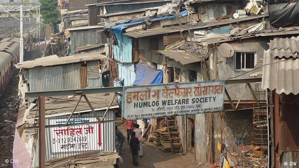 Mitten in der Stadt liegt der größte Slum Asiens, Dharavi. Es ist eine gigantische Siedlung, wo fast eine Million Menschen wohnen. Die Familien haben die Wohnfläche von etwa 20 Quadratmetern. Die Menschen sind hier tätig im Gebiete wie Leder-Verarbeitung, Plastikrecycling, Brotproduktion, Seifenherstellung usw.