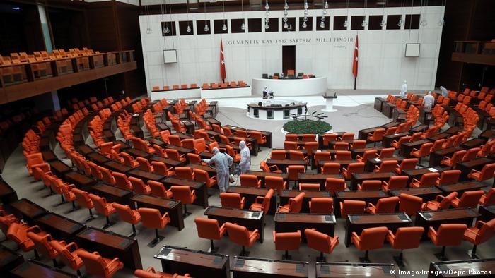 عمال يقومون بتعقيم مقاعد البرلمان التركي 13 مارس/ آذار 2020