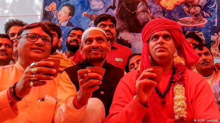 Indien Kuhurin gegen die Corona-Krise (AFP/J. Andrabi)