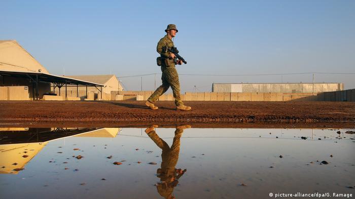 Ein australischer Soldat auf Patrouille in der Militärbasis Tadschi nördlich der irakischen Hauptstadt Bagdad (Foto: picture-alliance/dpa/G. Ramage)