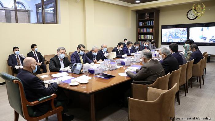 Afghanistan | Coronavirus | Regierungsitzung mit Schutzmasken