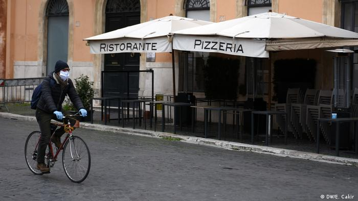 Włosi w czasach zarazy: między liczeniem nekrologów a koncertami na balkonach