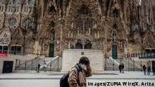 Coronavirus in Spanien, Notstand verhängt March 14, 2020, Barcelona, Spain: A tourist with a mask as a preventive measure against corona virus walks passed the Basilica of the Sagrada Familia during the first day of the state of emergency. Barcelona Spain - ZUMAs197 20200314zaas197058 Copyright: xXavixArizax