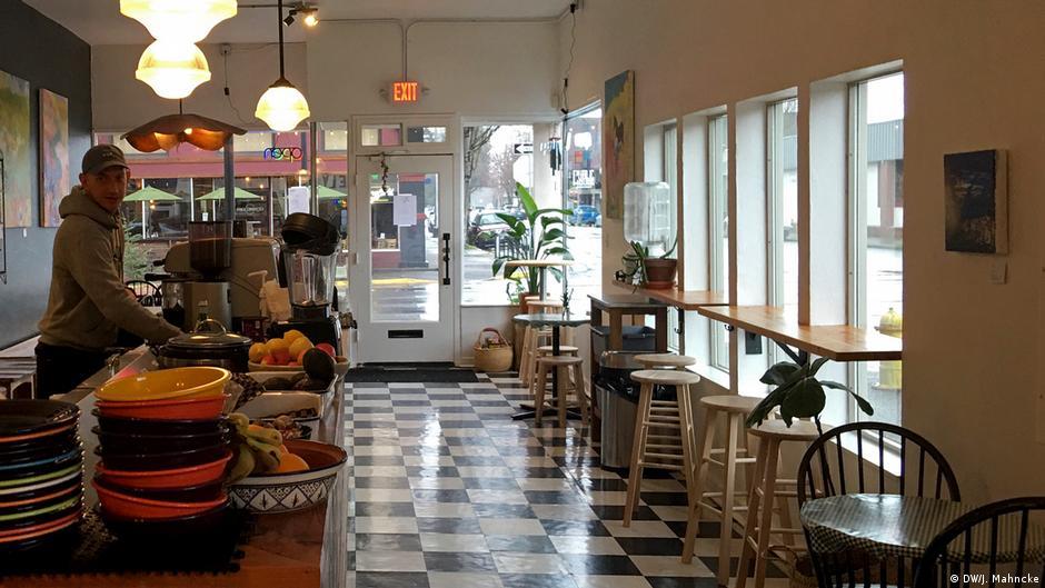 如同圖中的俄勒岡州斯普林菲爾德(Springfield)一家餐廳那樣,新冠肺炎危機導致商店和餐館空空如也