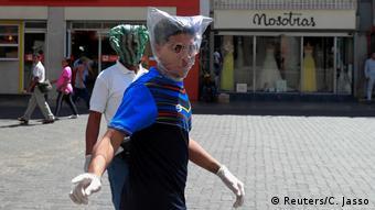 BdT | Mann mit selbstgemachter Maske in Caracas (Reuters/C. Jasso)