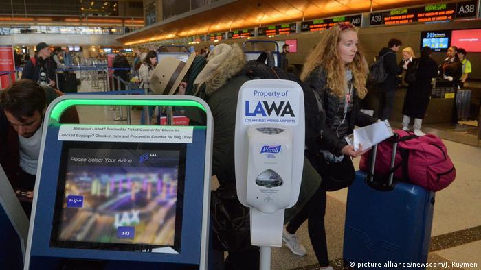 USA Los Angeles International Airport | Desinfektionsmittelspender am Flughafen