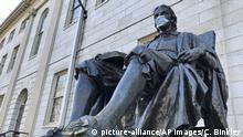 USA John Harvard-Statue mit Mundschutz