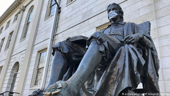 Statude of John Harvard wearing a mask on Harvard University campus (picture-alliance/AP Images/C. Binkley)