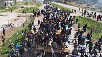 Bölge halkı ortak devriye faaliyetine katılan M60T model Türk tankının üzerine çıkarak protesto eyleminde bulundu