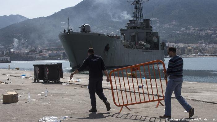 Griechenland Auf Schiff festgehaltene Migranten zum griechischen Festland gebracht