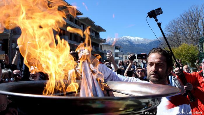Griechenland Sparta | US-Schauspieler Gerard Butler entzündet die olympische Fackel (picture-alliance/dpa/ZUMA/A. Vafeiadakis)