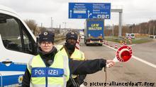 Saarbrücken | Polizeibeamte kontrollieren am Grenzübergang Goldene Bremm
