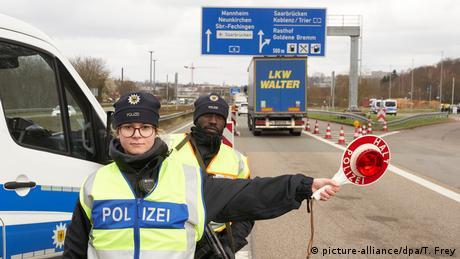 Policías controlan la autopista alemana.