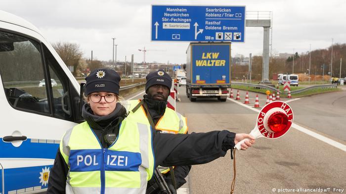 Saabrücken | Polizeibeamte kontrollieren am Grenzübergang Goldene Bremm (picture-alliance/dpa/T. Frey)
