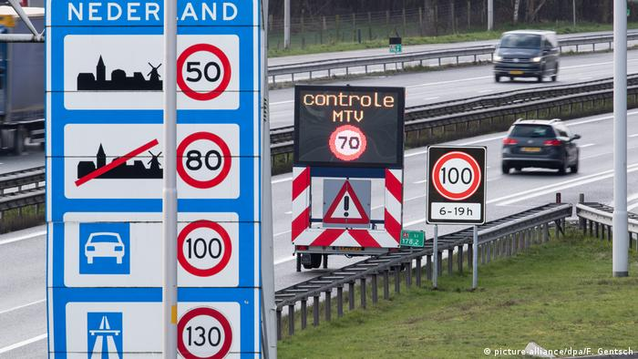 A speed control area on a Dutch highway (picture-alliance/dpa/F. Gentsch)