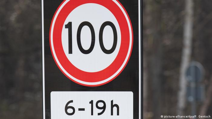 Speed limit sign in the Netherlands (picture-alliance/dpa/F. Gentsch)