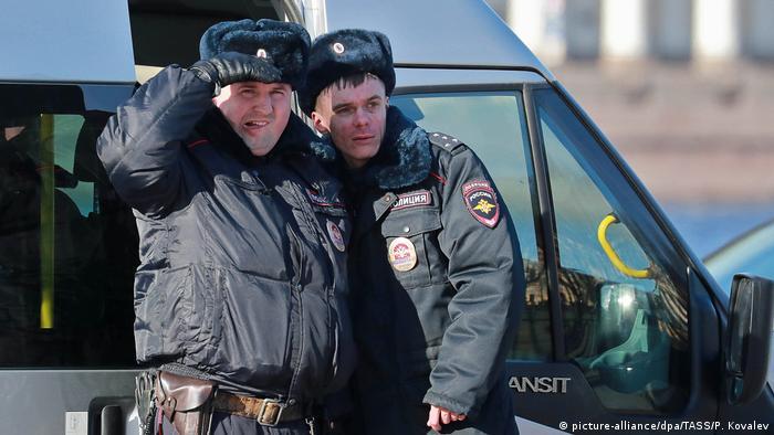 Полицейские наблюдают за акцией протеста в Санкт-Петербурге