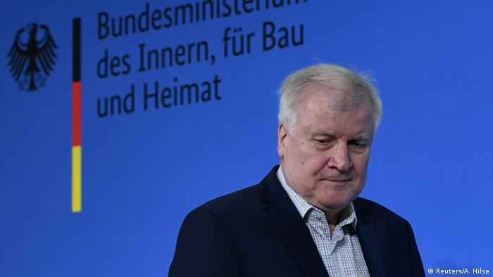وزير الداخلية الألمانية هورست زيهوفر في مؤتمر صحفي عقده في برلين عن تطورات فيروس كورونا بتاريخ 15مارس/آذار 2020