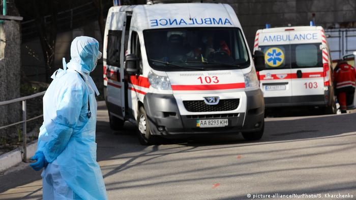 Українські лікарі зможуть добиратися на роботу на таксі під час пандемії