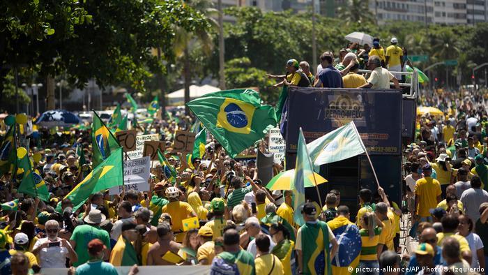 Manifestantes protestam no Rio de Janeiro a favor do governo