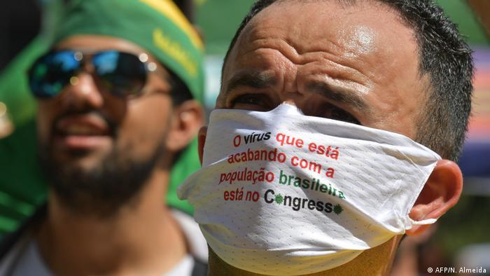 Manifestante com máscara em protesto em Brasília