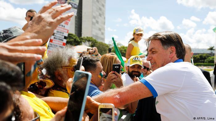 Jair Bolsonaro cumprimenta manifestantes