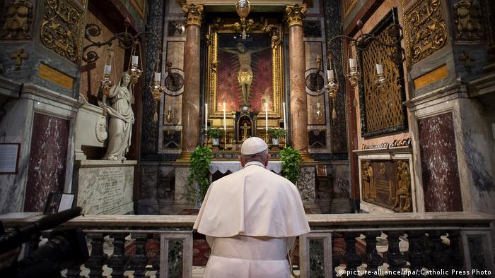 Italien | Papst Franziskus besucht die Kirche San Marcello al Corso in Rom (picture-alliance/dpa/;Catholic Press Photo)