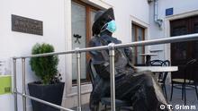 Irischer Schriftsteller James Joyce gerüstet gegen Coronavirus - der Autor hat in Pula (Istrien, Kroatien) zwei Jahre gelebt. Die Stadt hat ihrem berühmtesten Bürger einen Denkmal errichtet
