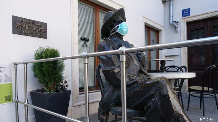 I spomenik irskom književniku Jamesu Joyceu, koji je dvije godine živio u Puli, dobio je zaštitu od koronavirusa