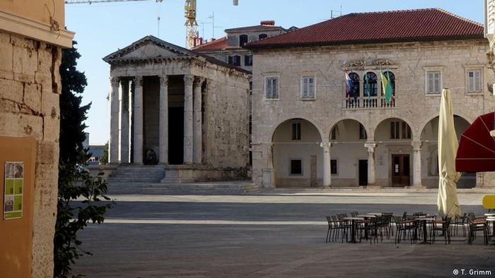 Nedjelja je, lijep sunčan dan, a na inače omiljenom Forumu u centru Pule nigdje žive duše