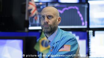 Foto de trabajador estadounidense en la bolsa de valores