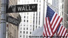 02.03.2020, USA, New York: Die Wall Street in New York. An der Wall Street waren die Anleger am 03.03.2020 wieder in die Defensive gegangen - trotz einer überraschenden Zinssenkung der US-Notenbank. Der Dow Jones Industrial hatte nach dem Schluss am deutschen Aktienmarkt stark nachgegeben. Wegen der Gefahren für die Wirtschaft durch das neue Coronavirus hatte die Federal Reserve den Leitzins um 0,50 Prozentpunkte gesenkt. Es gelang ihr damit aber nicht, die Sorgen am Markt zu mildern. Foto: Heikki Saukkomaa/Lehtikuva/dpa +++ dpa-Bildfunk +++ |