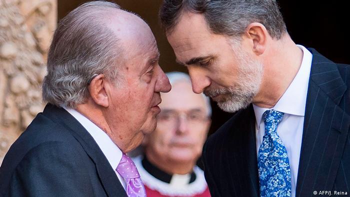 فلیپه (راست)، پادشاه اسپانیا و پدرش خوان کارلوس